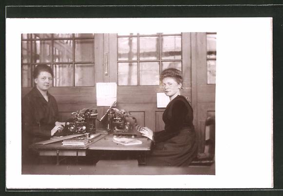 AK Sekretärinnen an der Schreibmaschine