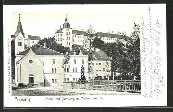 Goldfenster-AK Freising, Partie mit Domberg und Mohrenbrunnen, Gebäude mit leuchtenden Fenstern
