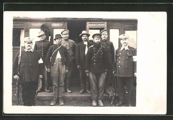 Foto-AK Russische Kriegsgefangene und Wachmänner in Uniformen mit Rot-Kreuz Abzeichen