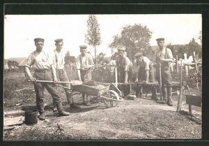 Foto-AK Deutsche Soldaten bei Bau- und Tischlerarbeiten hinter der Front