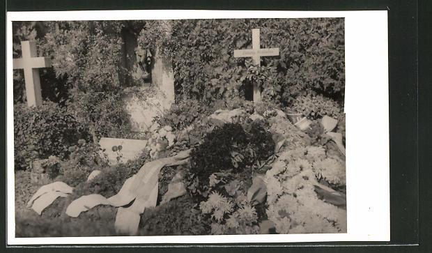 Künstler-AK Ludwig Hohlwein: Grab von Ludwig Hohlwein mit Blumen und Kränzen