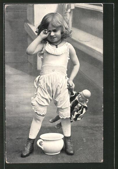 AK kleines Mädchen mit Puppe reibt sich ihre Augen