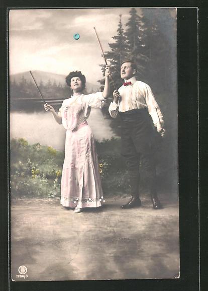 AK Frau und Mann spielen mit einem Diabolo, Spielzeug