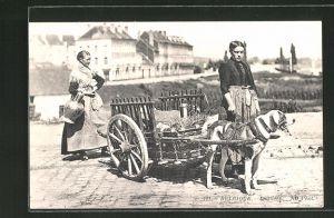 AK Frauen auf der Strasse mit Hundegespann, Laitières