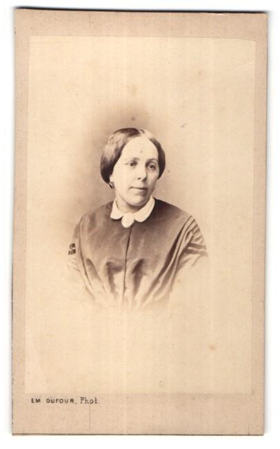 Fotografie Em. Dufour, Dijon, Portrait hübsche brünette Dame mit Ohrringen