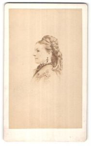 Fotografie J. Tourtin, Paris, Portrait hübsche blonde Frau mit Hochsteckfrisur und Ohrringen