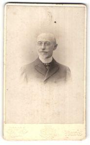 Fotografie Otto, Paris, Portrait älterer Herr im Anzug mit Zwicker und Knebelbart