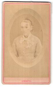 Fotografie A. Robatel, Argelliers, Portrait Frau mit Flechtfrisur und Schleife am Kragen
