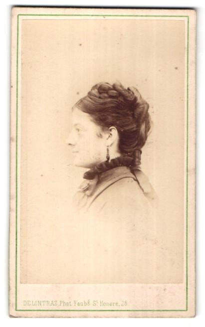 Fotografie Delintraz, Paris, Portrait hübsche Dame mit Hochsteckfrisur im Profil