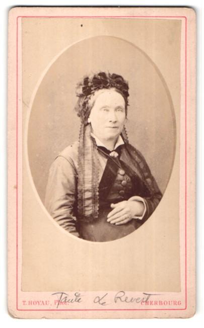 Fotografie T. Hoyau, Cherbourg, Portrait Dame mit zeitgenöss. Kopfbedeckung
