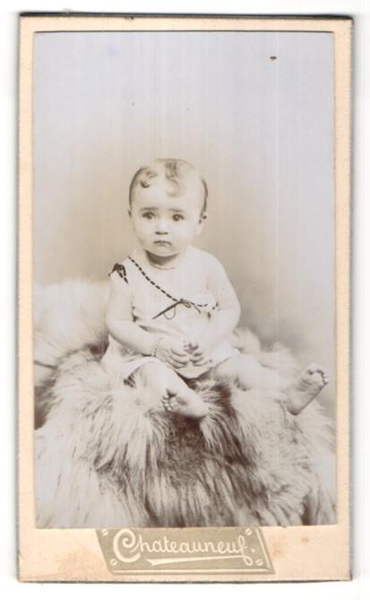 Fotografie Chateauneuf, Avignon, Portrait Säugling mit nackigen Füssen