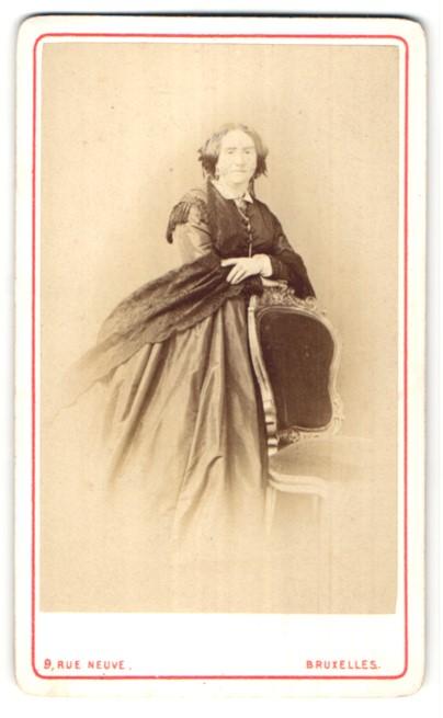 Fotografie L. Straszak, Ostende, Bruxelles, ältere Dame im prachtvollen Kleid