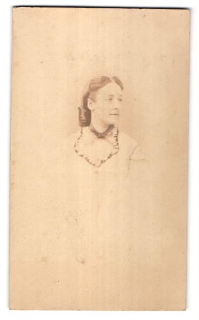 Fotografie G. Penabert, Paris, Portrait hübsche brünette Dame mit Spitzenkragen