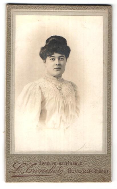 Fotografie L. Tronchet, Givors, Portrait schöne dunkelhaarige Dame mit Hochsteckfrisur in weisser Bluse mit Stickerei