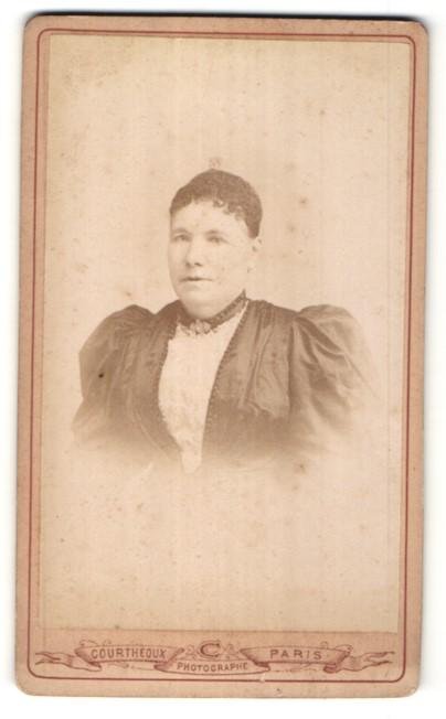 Fotografie Courtheoux, Paris, Portrait hübsche Dame mit dunklem Haar und Brosche am Kragen