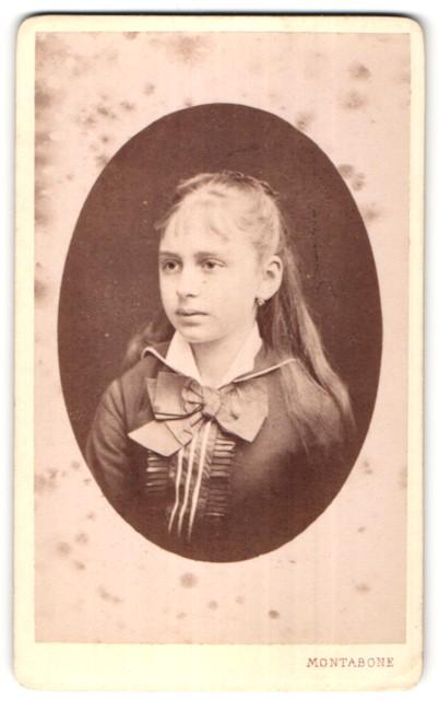 Fotografie C. Marcozzi, Milano, Portrait hübsches junges Mädchen mit langem Haar und Schleife am Kragen