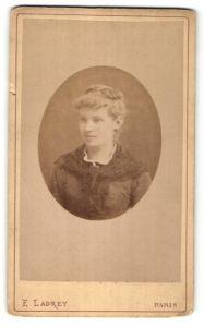 Fotografie E. Ladrey, Paris, Portrait hübsche junge blonde Frau mit Hochsteckfrisur und Schultertuch