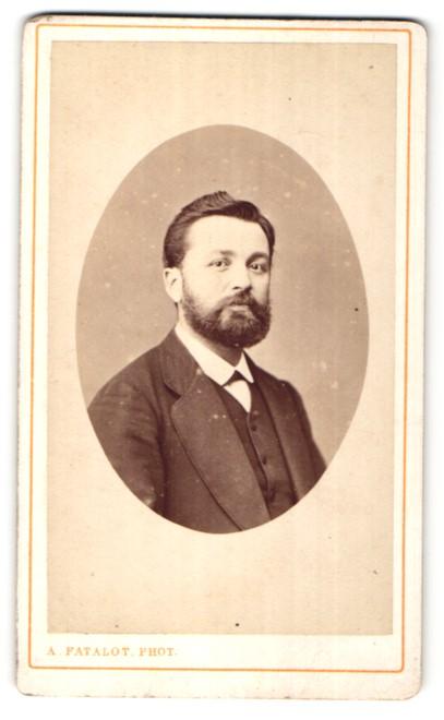 Fotografie A. Patalot, Lyon, Portrait junger dunkelhaariger Mann mit Vollbart