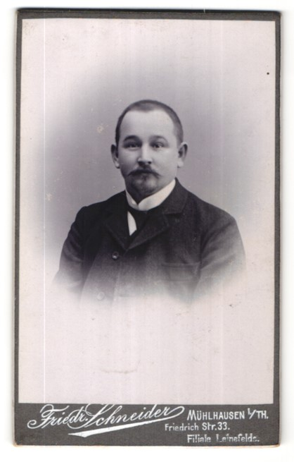 Fotografie Friedr. Schneider, Mühlhausen i. Th., Portrait junger Mann mit kurzem Haar und Bart im Anzug
