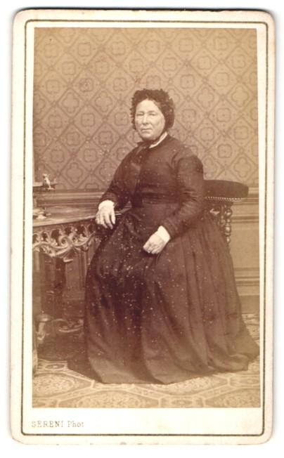 Fotografie Sereni, Macon, ältere Dame im prachtvollen Kleid mit Rüschenhaube