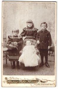 Fotografie Gebr. Koenig, Altenburg i/Sa, Portrait Säugling und drei ältere Geschwister