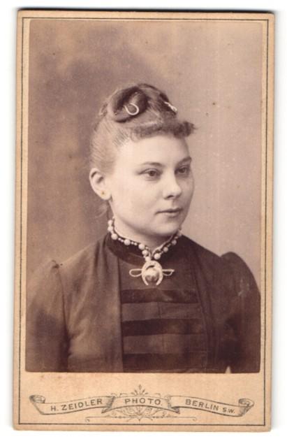 Fotografie H. Zeidler, Berlin, Portrait Fräulein mit zeitgenöss. Frisur