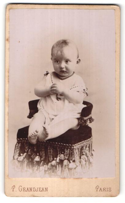 Fotografie P. Grandjean, Paris, Portrait Kleinkind mit nackigen Füssen