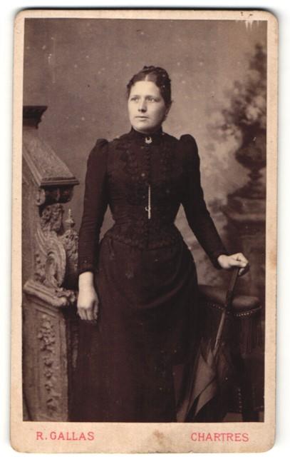 Fotografie R. Gallas, Chartres, Portrait Frau in zeitgenöss. Mode