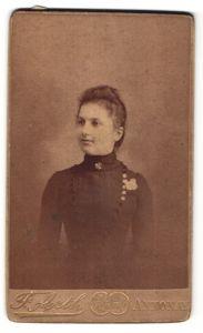 Fotografie F. Arth, Annonay, Portrait junge Frau mit zusammengebundenem Haar