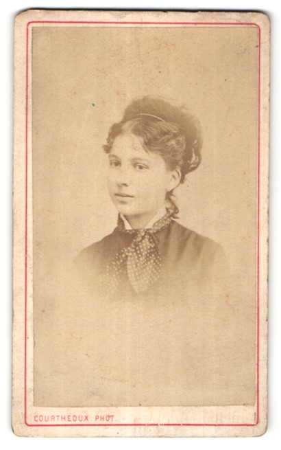 Fotografie Courtheoux, Paris, Portrait junge hübsche Frau mit Halstuch