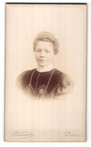 Fotografie Marius, Paris, Portrait hübsche blonde Dame mit Halskette und Stickerei am Kragen
