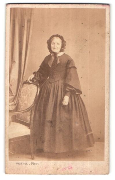 Fotografie Pestel, Paris, ältere Dame mit Rüschenhaube im prachtvollen Kleid
