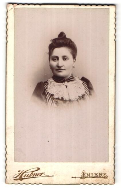 Fotografie Hubner, Thiers, Portrait hübsches dunkelhaariges Fräulein mit Dutt und Spitzenkragen
