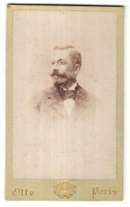 Fotografie Otto, Paris, Portrait stattlicher blonder Mann mit Zwicker und Vollbart