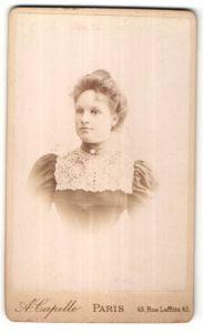 Fotografie A. Capelle, Paris, Portrait hübsche junge blonde Frau mit Dutt und Spitzenkragen