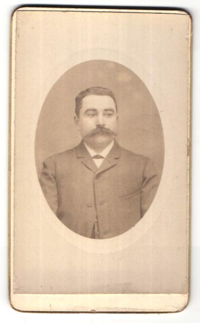 Fotografie J. Vallette, Paris, Portrait junger dunkelhaariger Mann mit Oberlippenbart