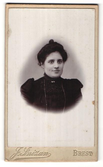 Fotografie J. Inizan, Brest, Portrait hübsches dunkelhaariges Fräulein mit Dutt und Halskette