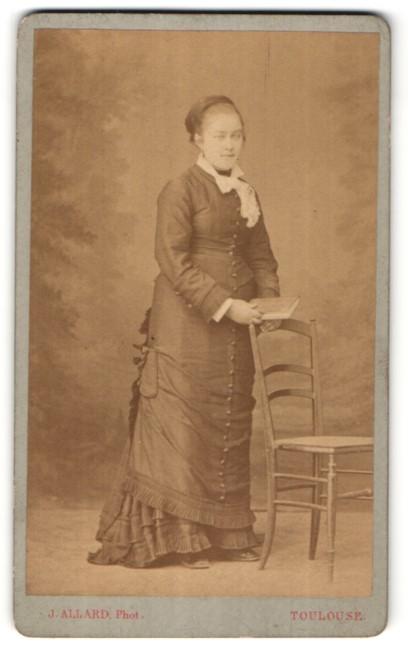 Fotografie J. Allard, Toulouse, Portrait Mädchen in festlichem Kleid