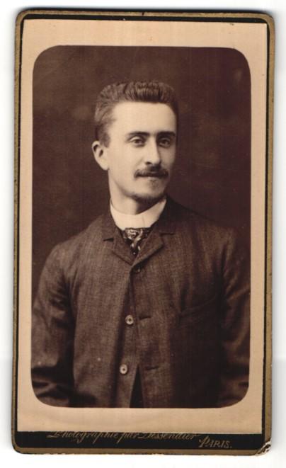 Fotografie Dessendier, Paris, Portrait Herr mit Bürstenhaarschnitt