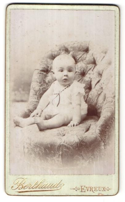 Fotografie Berthaude, Evreux, Portrait Säugling mit nackigen Füssen