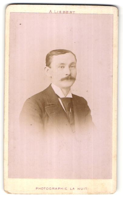 Fotografie A. Liebert, Paris, Portrait Herr mit Schnauzbart