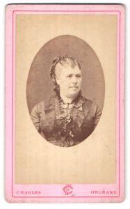 Fotografie Charles, Orleans, Portrait hübsche blonde Dame mit Haarspange und Halskette