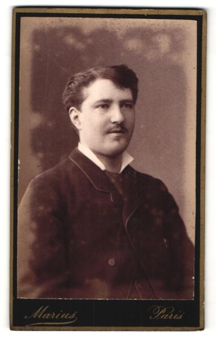 Fotografie Marius, Paris, Portrait junger Herr mit zeitgenöss. Frisur