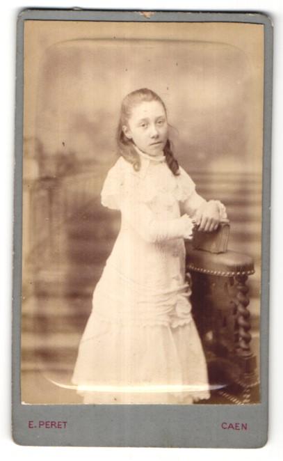 Fotografie E. Peret, Caen, Portrait Mädchen in festlichem Kleid