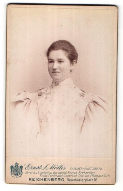 Fotografie Ernst. J. Müller, Reichenberg, Portrait junge Frau mit zurückgebundenem Haar