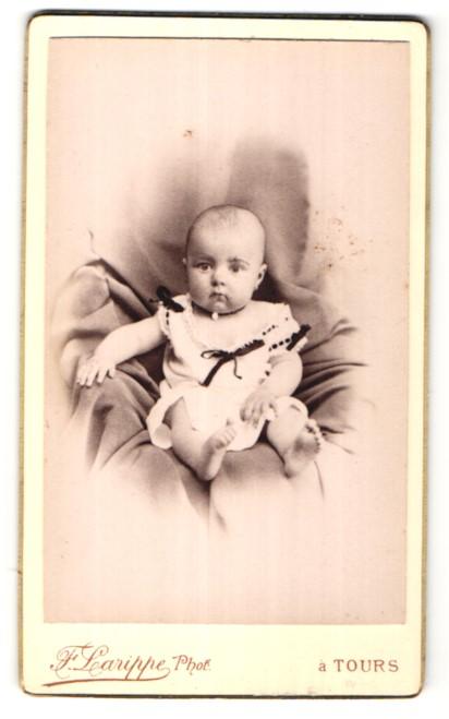 Fotografie F. Larippe, Tours, Portrait Säugling mit nackigen Füssen