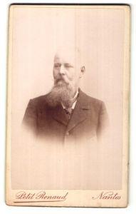 Fotografie Petit Renaud, Nantes, Portrait betagter Mann mit Halbglatze und Vollbart im Jackett