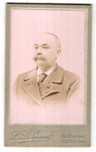 Fotografie L. le Gueut, Clichy, Portrait betagter Mann mit Halbglatze und Schnurrbart im Anzug