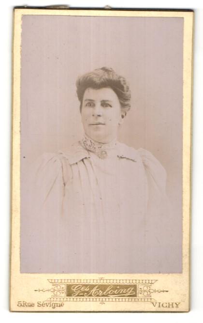 Fotografie G. Arloing, Vichy, hübsche brünette Dame mit Dutt in weisser Bluse mit Spitze