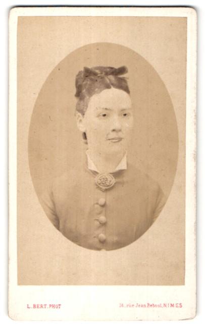 Fotografie L. Bert, Nimes, Portrait schöne junge Dame mit Hochsteckfrisur und Haarschleife